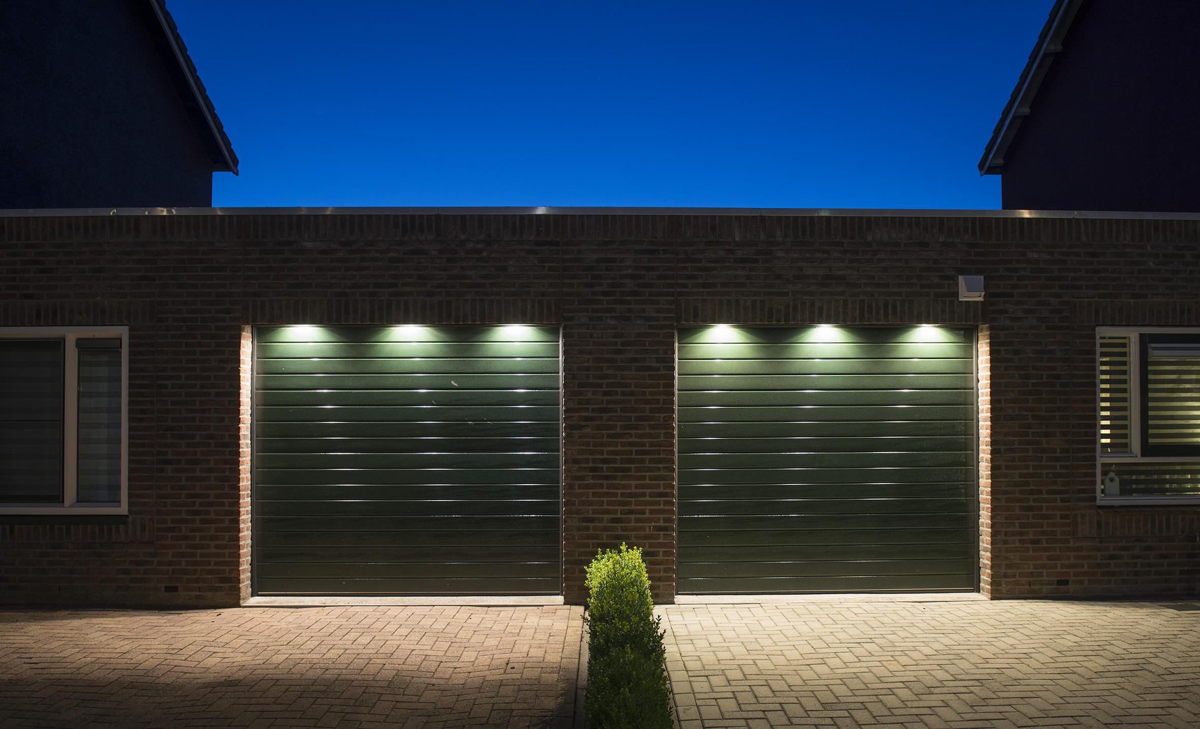 Garagedeur c gelijnd motief uw w w deur gemonteerd for Deuren stadskanaal